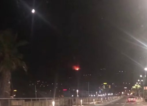 L'incendio in zona capo Berta visto da Diano Marina (foto da video su Facebook)