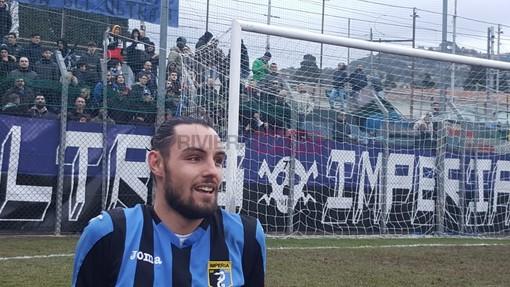 Luca Donaggio, attaccante dell'Imperia, sotto la curva neroazzurra (foto Christian Flammia)