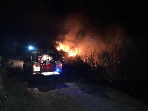Perinaldo: incendio di bosco e sterpaglie nella notte, spento da Vigili del Fuoco e volontari