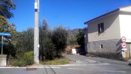 Imperia: si capotta con l'auto in strada Borgo Panegai, anziano esce quasi illeso dal mezzo