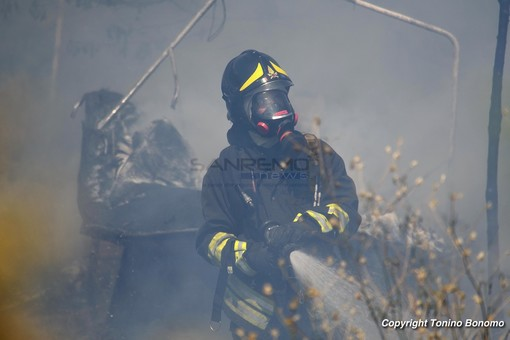Rogo di sterpaglie a Diano Castello e principio d'incendio a un pullman sul Nava: doppio intervento dei pompieri