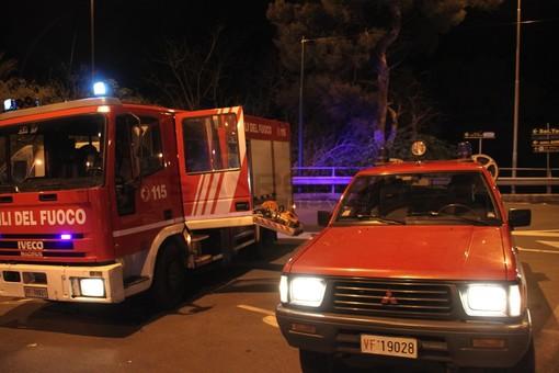 Due incendi nella notte: Fiat Panda a fuoco a Castelvecchio di Imperia e fiamme ad alcune sterpaglie a Bordghera