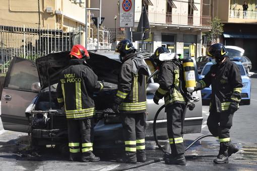 Sanremo: auto a fuoco per un surriscaldamento sul piazzale del Borgo, era appena arrivata (Foto e Video)