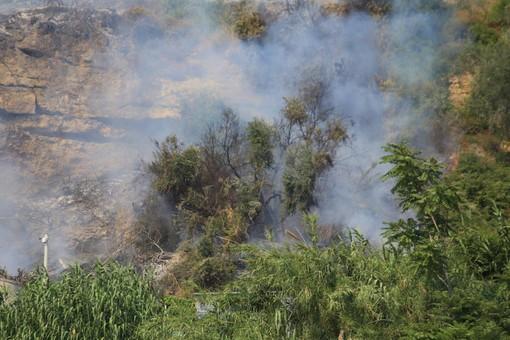 Cipressa: piccolo incendio di sterpaglie vicino alle case, intervento dei Vvf e situazione sotto controllo