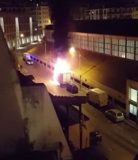 Sanremo: camion parcheggiato dietro il Mercato Annonario parzialmente distrutto da un incendio (Video)