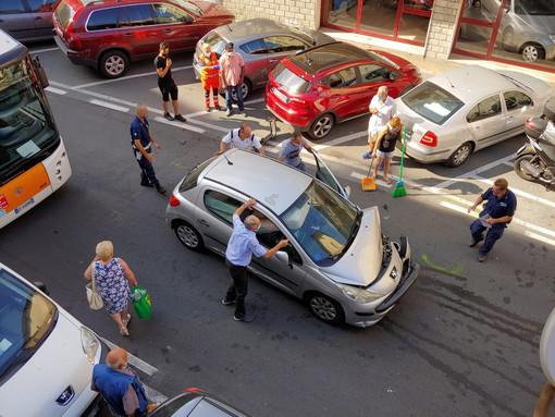 Sanremo: incidente in via San Francesco, macchina parzialmente distrutta e conducente ferito (Foto)