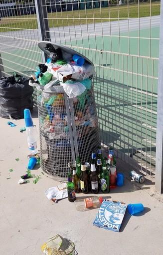 Sanremo: immondizia ai bordi della pista di atletica leggera, la denuncia (con foto) di una lettrice