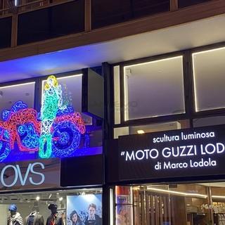 La scultura luminosa di Marco Lodola dedicata alla Moto Guzzi