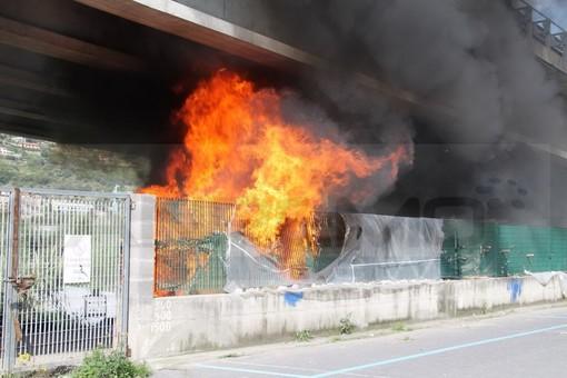 Ventimiglia: fiamme sotto il cavalcavia di Roverino, incendio alle baracche ed alle tende dei migranti (Foto e Video)