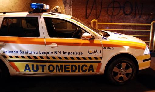 Ventimiglia: uomo perde il controllo dell'auto e finisce contro un palo a largo Torino, trasportato in ospedale
