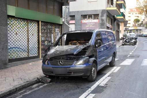 Sanremo: furgone a fuoco questa notte alle 4 in via Pietro Agosti, intervento dei Vigili del Fuoco (Foto)