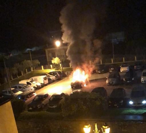 Camporosso: fuoristrada in fiamme questa notte alle 4 in piazza Pertini, intervento dei Vigili del Fuoco