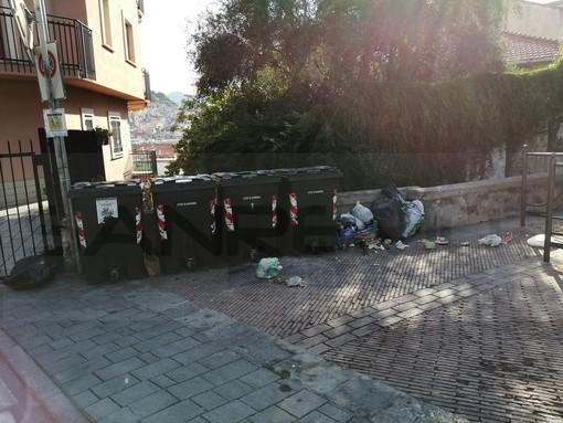 Sanremo: i soliti 'incivili' buttano a terra immondizia in modo indiscriminato in piazza San Bernardo (Foto)