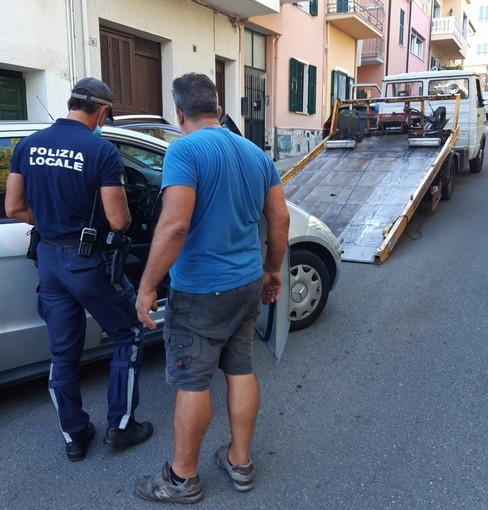 Sanremo: rompe il cambio automatico e l'auto parcheggiata si muove da sola, intervento della Municipale (Foto)