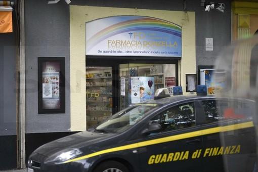 Quasi 3.000 mascherine sequestrate oggi dalla Finanza a Sanremo: alcuni scatoloni portati via da una farmacia del centro (Foto)