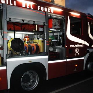 Diano Marina: camion per il trasporto di frutta distrutto da un incendio, intervento di Vigili del Fuoco e Carabinieri