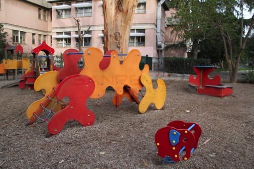 Giardini con i giochi per bambini deserti