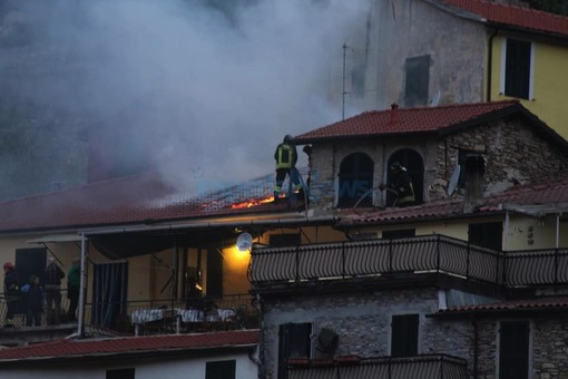 L'incendio a Borgoratto (foto Simone Seraffi)