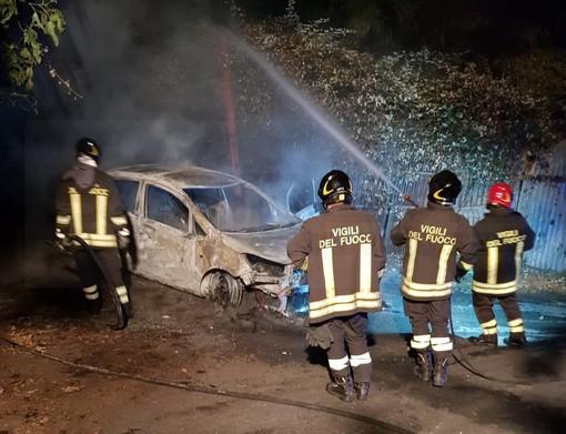 Camporosso: auto a fuoco stamattina in corso della Repubblica, una Smart distrutta da un incendio