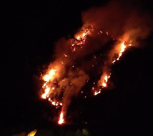 Ventimiglia: fiamme vicino alle case in zona Grimaldi, evacuata una famiglia