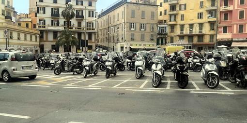 Il parcheggio degli scooter in piazza Eroi