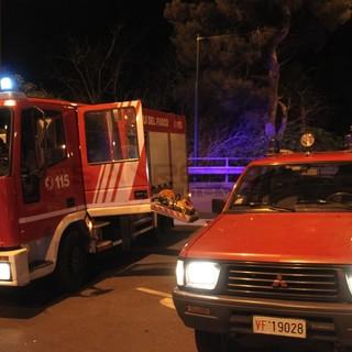 Camporosso: distrutto da un incendio furgoncino parcheggiato, intervento dei Vigili del Fuoco
