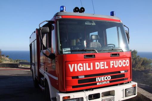 Ventimiglia, fuoco di pulitura fuori controllo minaccia un'abitazione, intervento dei vigili del fuoco
