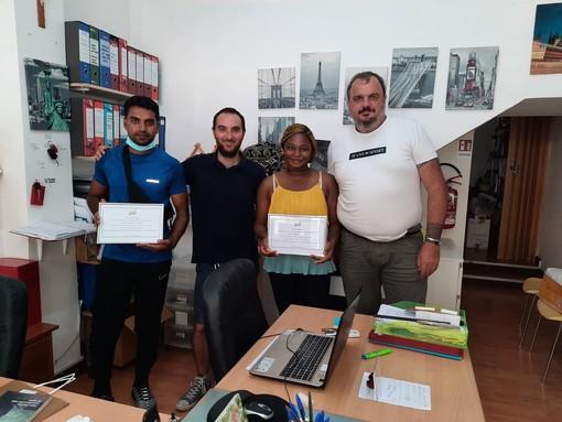 La cooperativa Jobel festeggia il diploma di terza media dei suoi beneficiari e di un suo mediatore