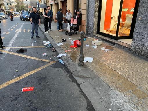 Sanremo: probabile lite familiare in via Roma, 'piovono' oggetti sul marciapiede ed interviene la Polizia (Foto)