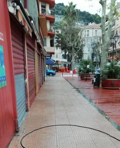 Ventimiglia: lavaggio e sanificazione dei marciapiedi questa mattina dentro e fuori al mercato coperto (Foto)