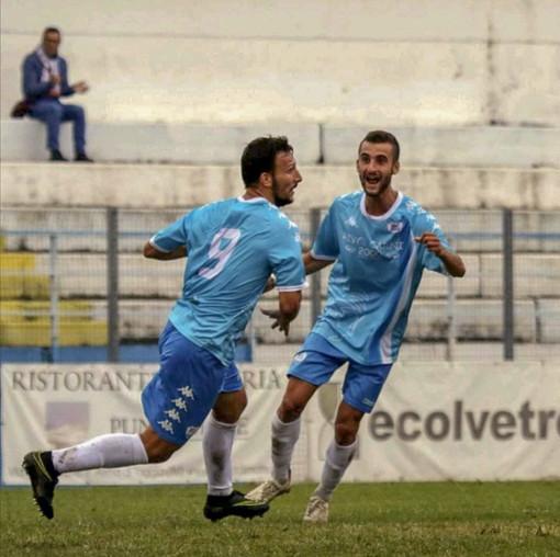 Loreto Lo Bosco festeggia una rete con la maglia della Sanremese (foto Sanremese Calcio)