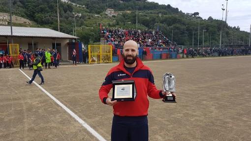 Calcio. Prima di Camporosso-Soccer Borghetto premiato Simone Lettieri