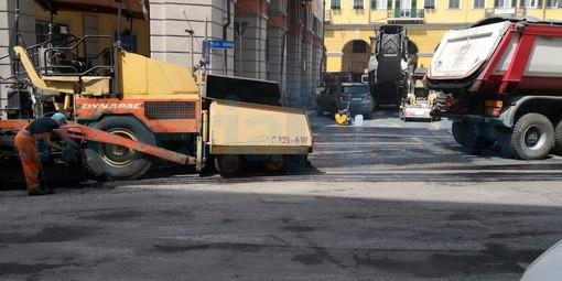 Imperia: in corso i lavori di rifacimento dell'asfalto in piazza Dante, qualche disagio al traffico (Foto)