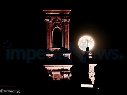 Cervo: lo spettacolo del plenilunio di ieri sera nel piccolo borgo con le foto scattate da Marcello Nan