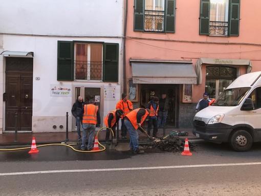 Ventimiglia: guasto ad una tubazione in via Cavour, qualche disagio ed operai dell'Aiga già al lavoro