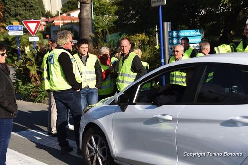 Francia: i 'gilet jeaunes' bloccano anche la Costa Azzurra, gravi problemi all'aeroporto di Nizza