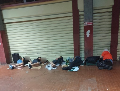 Ventimiglia: sempre maggiore la presenza di migranti che dormono la notte al mercato coperto (Foto)