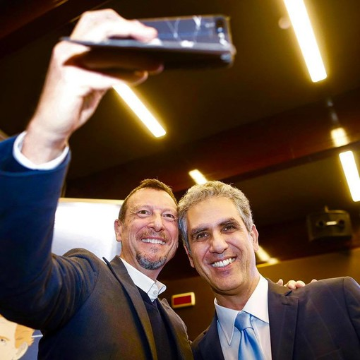 Marcello Foa durante un selfie con Amadeus al Festival 2020