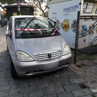 Sanremo: auto in divieto ostruisce l'accesso all'isola ecologica, i residenti chiedono la rimozione (Foto)