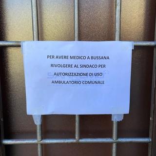 Il cartello appeso dal medico Davoud Ahngari fuori dal proprio studio di Bussana