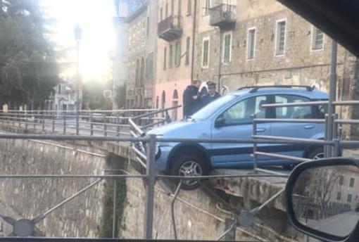 Dolceacqua: con l'auto in bilico sul ponte dopo aver sfondato la balaustra, nessun ferito (Foto)