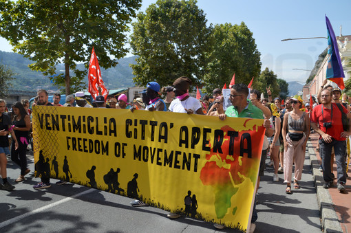 Ventimiglia: Manifestazione di 'Progetto 20k', circa 4.000 partecipanti e slogan contro la Francia, Salvini e Ioculano (Foto e Video)