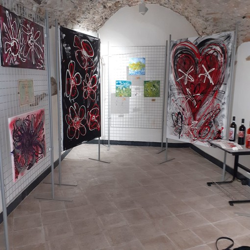 Diano Castello: prorogata fino alla fine del mese la mostra con i quadri di Gioia Lolli al 'Carruggiu Dritu'