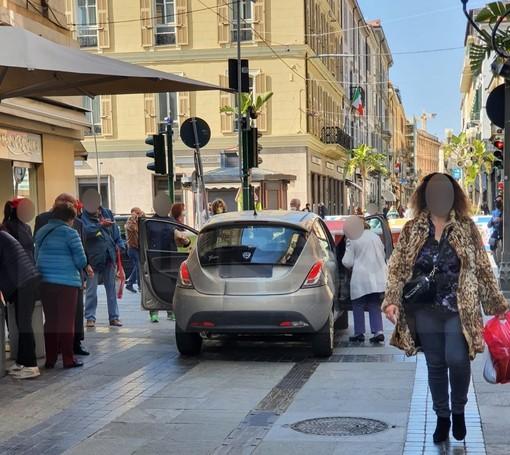 Sanremo: sbaglia manovra e chiede ai presenti di spostare i blocchi anti terrorismo, è accaduto oggi in via Matteotti (Foto)