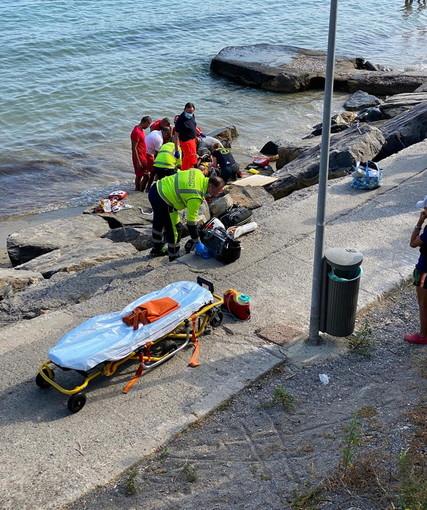 Sanremo: malore in spiaggia per una donna all'Imperatrice, portata in ospedale in gravi condizioni (Foto)