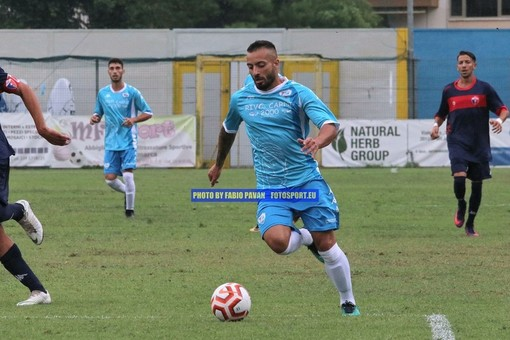 Marco Spinosa in azione con la maglia della Sanremese: il centrocampista passa al Prato