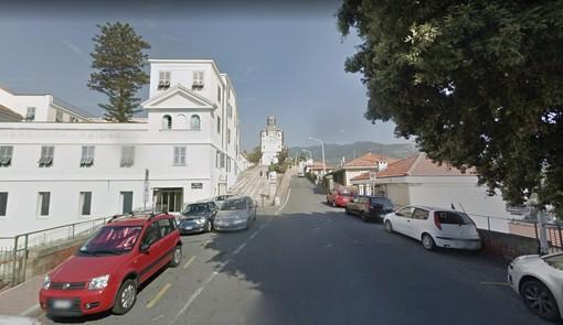 Sanremo: situazione di degrado per i rifiuti all'inizio di via Costa, la segnalazione di una cittadina