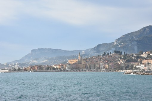 Mentre in Italia non si possono svolgere i mercati di Sanremo e Ventimiglia a Mentone c'è invece il 'liberi tutti' (e senza mascherine) (Video)