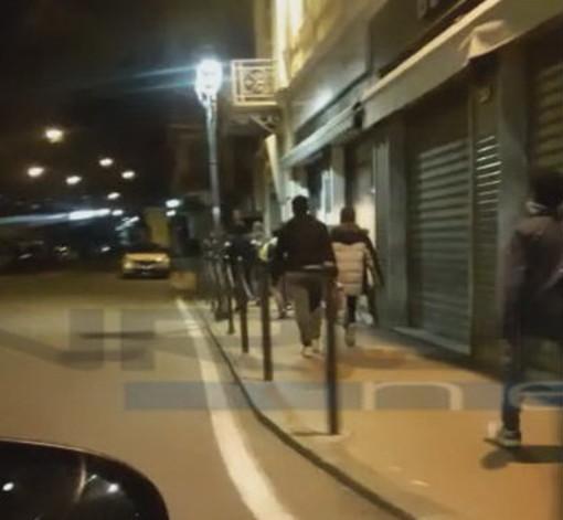 Ventimiglia: ogni sera l'arrivo di decine di migranti in treno, poi a piedi verso la Francia. Le immagini di ieri (Video)