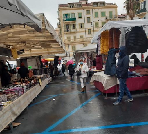 Sanremo: ultimo mercato 'giallo' sotto una fastidiosa pioggia, stamattina qualche francese tra i banchi (Foto)